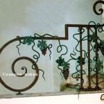 кованая лестница с виноградной лозой