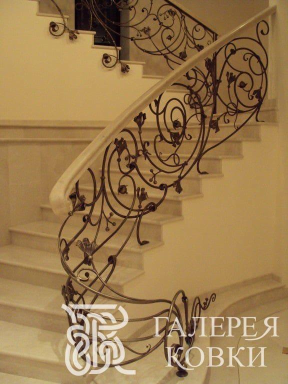 кованые ограждения лестниц на второй этаж в доме