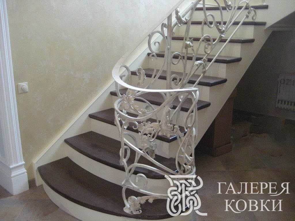белая кованая лестница фото