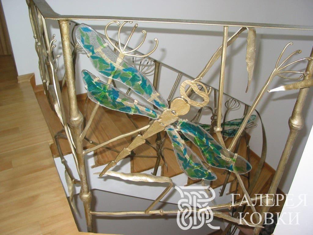 Фантазийное кованое ограждение сочетание стекла и металла
