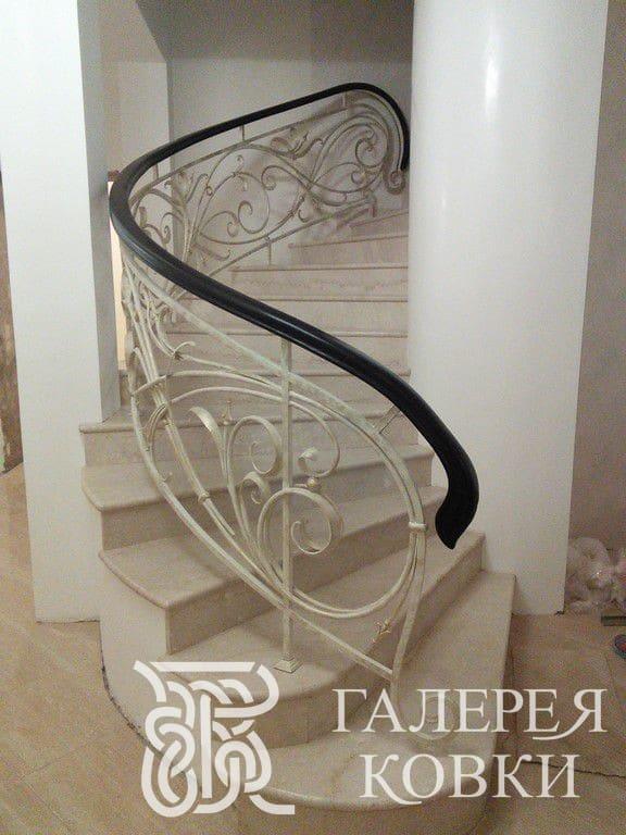 Кованое огражедние для лестницы внутри дома