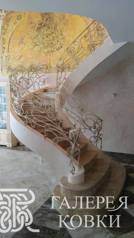 Кованое ограждение для лестницы с изящным цветочным узором