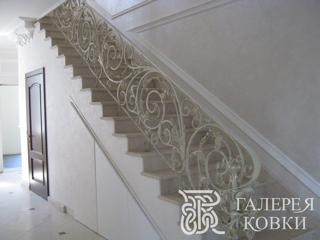 классическая кованая лестница на второй этаж