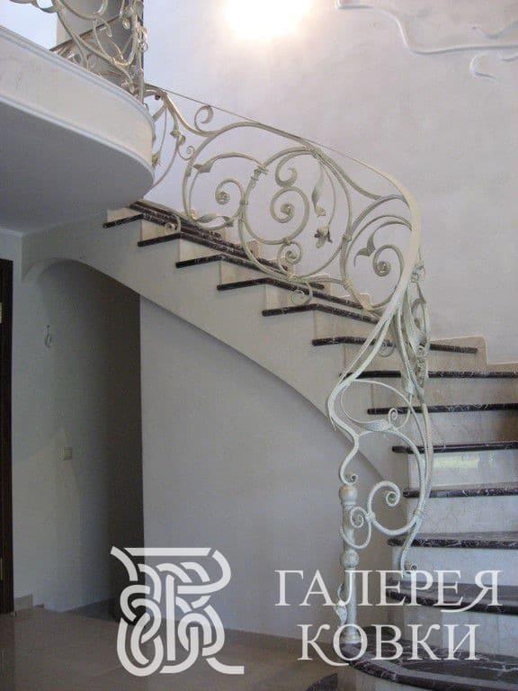 белое ограждение кованой лестницы москва