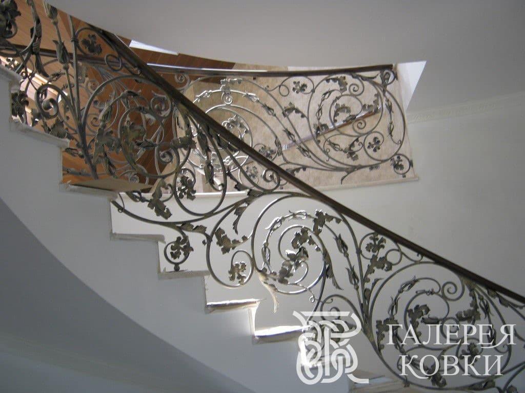 богато оформленное кованое ограждение для лестницы