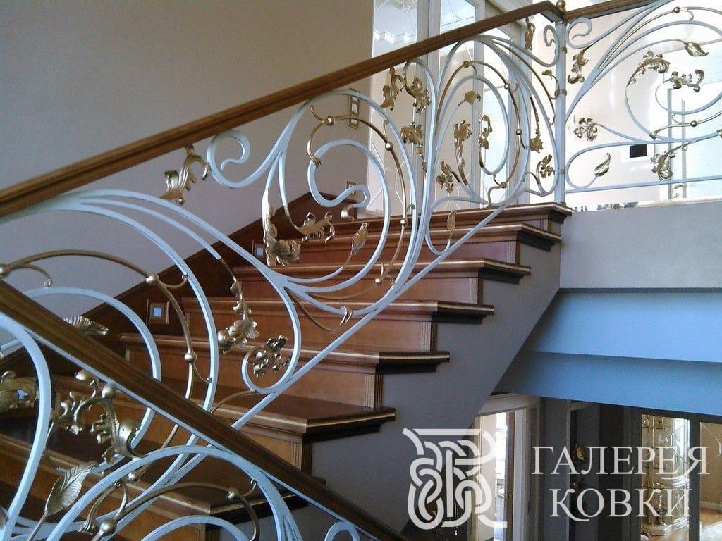 ограждение для лестницы завитки с позолоченными листьями