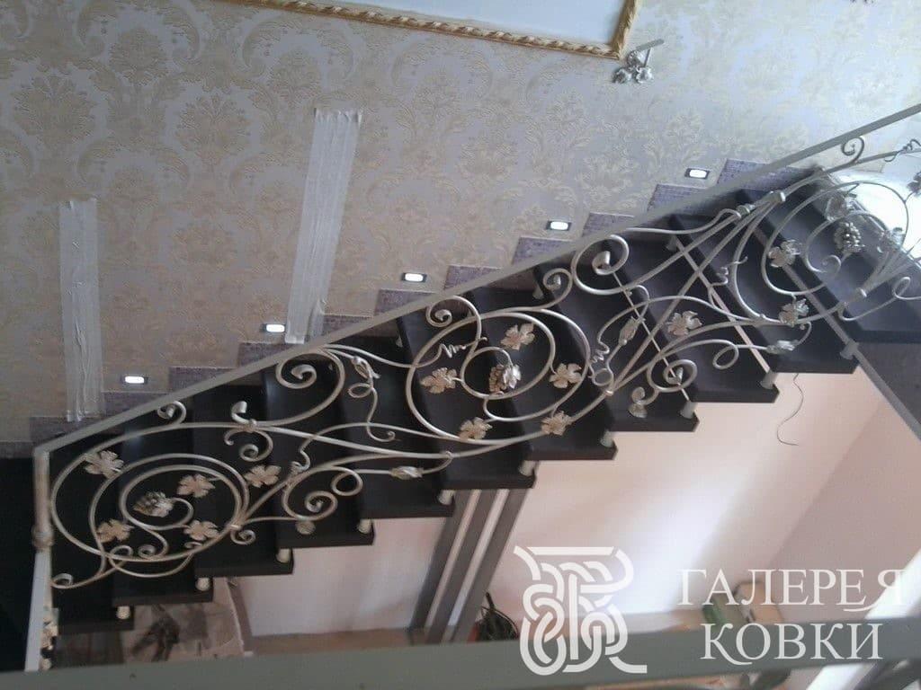 богатые кованые перила для лестницы внутри дома