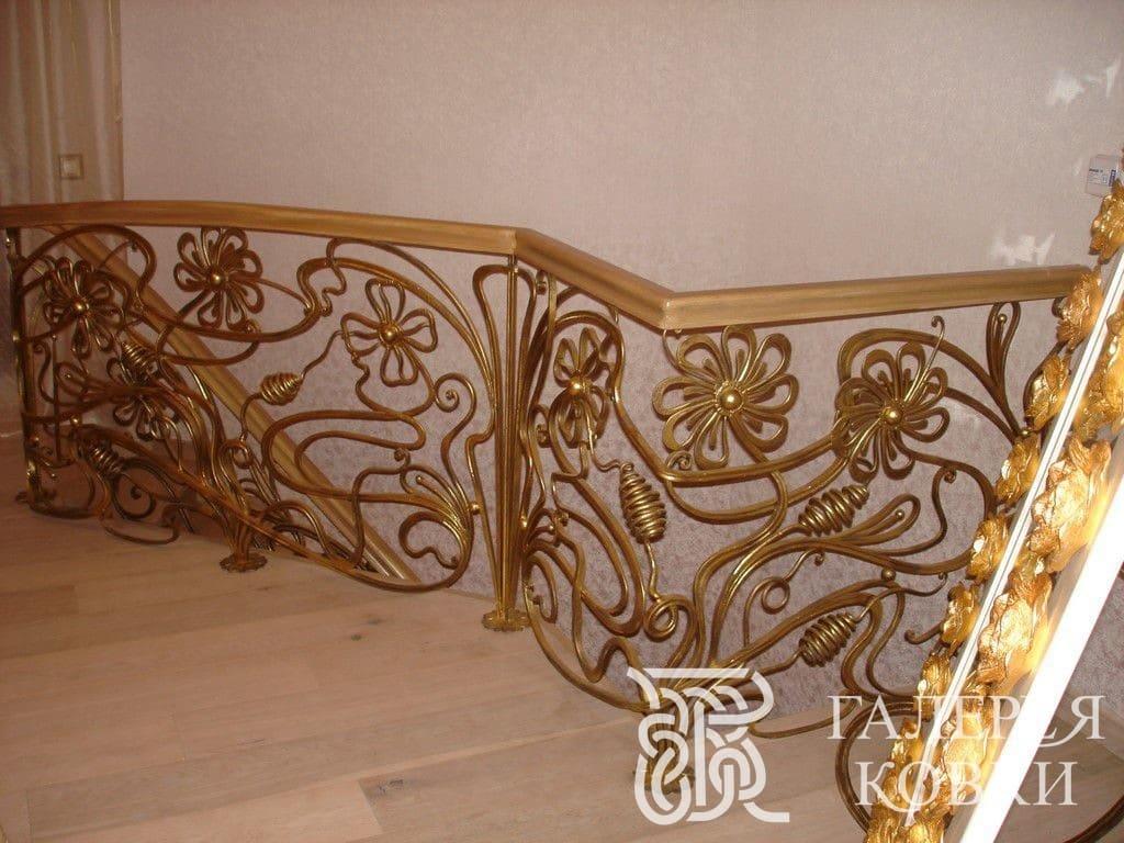 золотые кованые перила для лестницы внутри дома