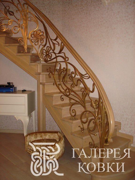 красивые позолоченные кованые перила для лестницы внутри дома