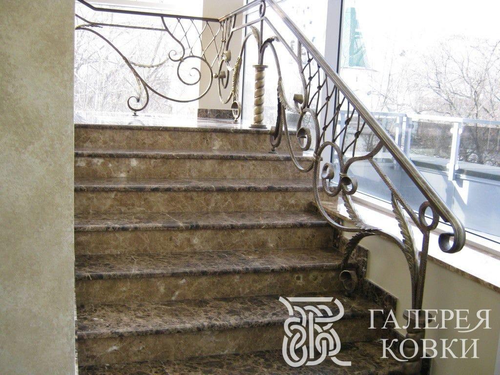 недорогие кованые ограждения для лестницы внутри дома