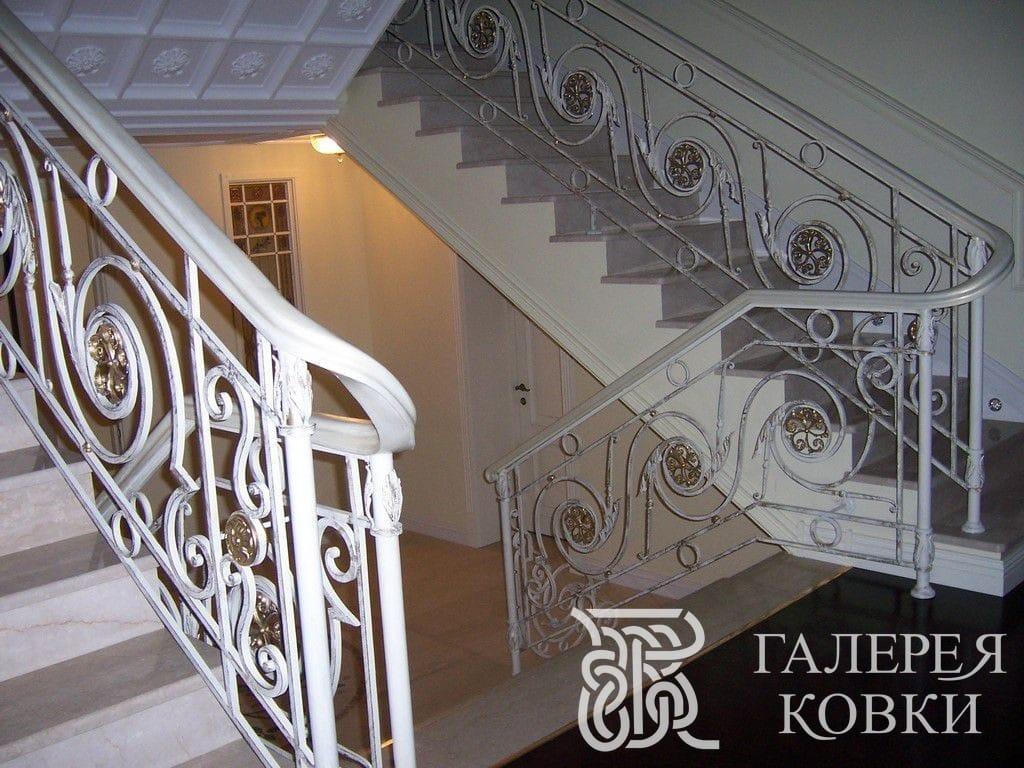 белые красивые ограждения кованых лестниц